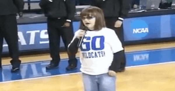 jeune autiste chante hymne américain
