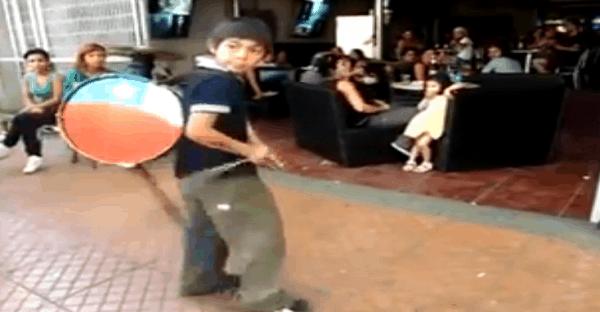 vidéo d'un jeune chilien qui fait le chinchinero
