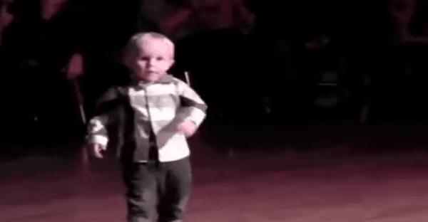 jeune dans sur elvis vidéo