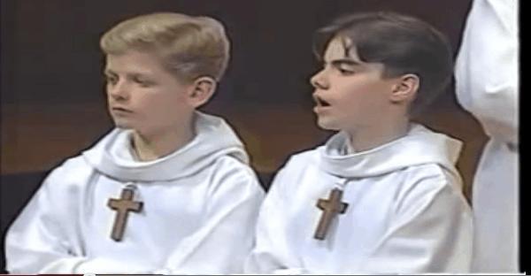 jeune qui chante dans une église