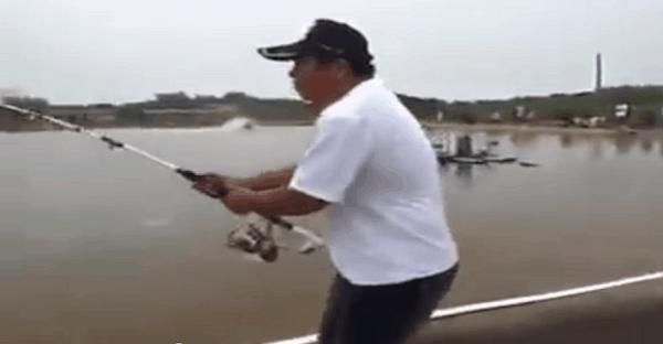 homme qui capture un gros poisson