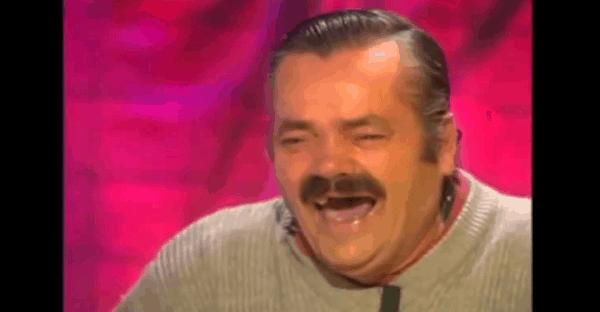 homme qui rit beaucoup