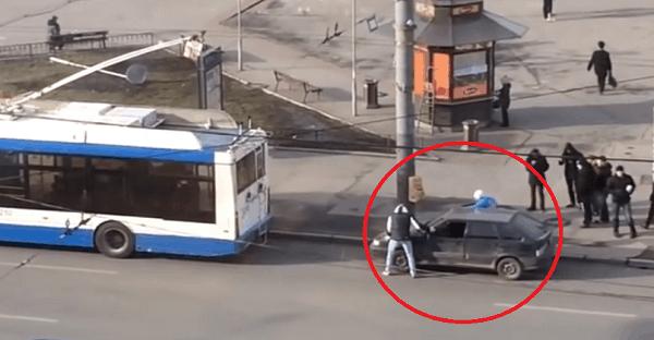 Il accroche son auto derrière un bus