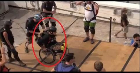homme en fauteuil roulant parachute