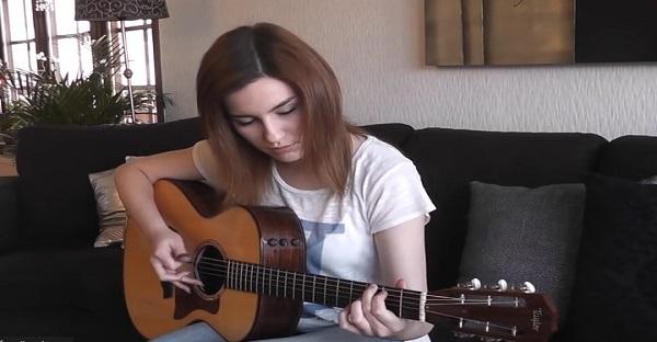 Elle joue Hotel California à la guitare comme vous ne l'avez jamais entendu. Elle est INCROYABLE!