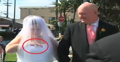 elle sort un portable au mariage