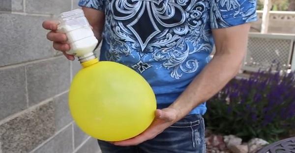 Il introduit de la farine dans ce ballon. Le résultat est HALLUCINANT TROP BON!