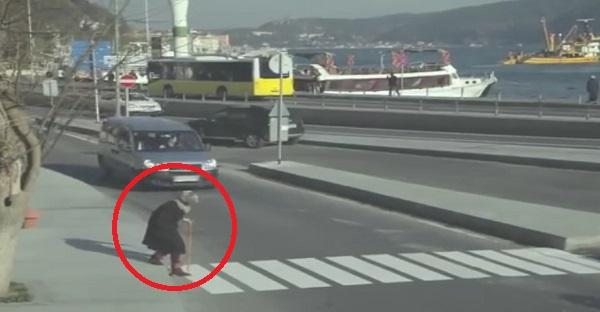 Cette vieille dame tente de traverser la rue. La suite va vous laisser BOUCHE BÉE!
