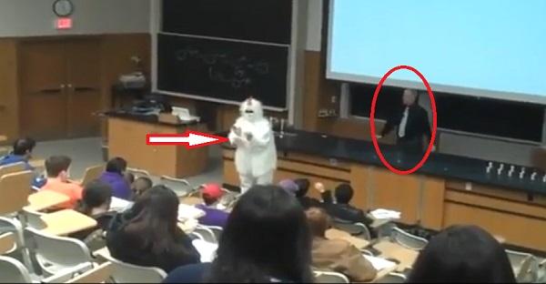 Un élève vient faire le con dans un cours. Voyez la réaction du professeur. MALADE LE MEC!