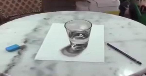 Vous croyez voir un simple verre d'eau sur une table. Attendez de voir la vidéo, HALLUCINANT!