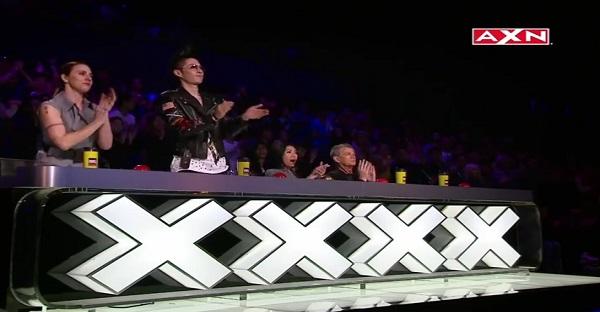 Les juges ovationnent ce qu'ils ont vu. Voyez pourquoi, VRAIMENT TROP BEAU!