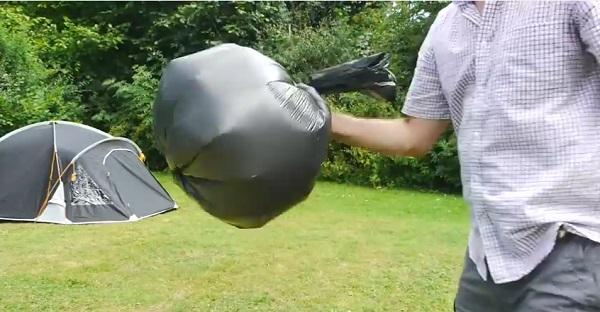 Ce qu'il fait avec ce sac à ordure rempli d'air est GÉNIAL!