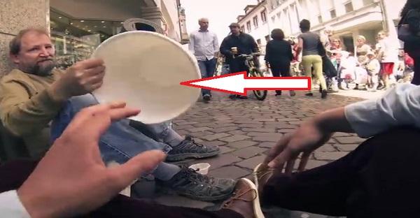 Un homme demande le sceau d'un SDF. Ce qui se passe par la suite est INCROYABLEMENT TOUCHANT!