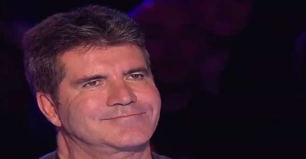 Si Simon Cowell sourit, c'est qu'il se produit quelque chose D'EXCEPTIONNEL. À VOIR!