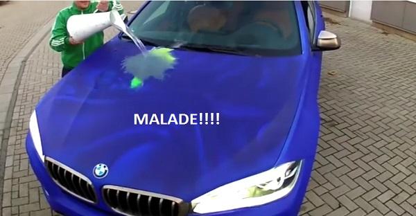 Il verse de l'eau sur sa BMW et voyez le résultat. MALADE!