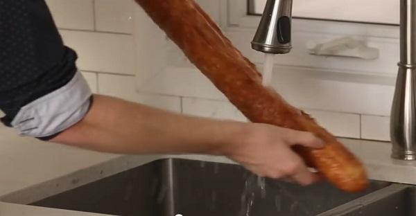 Ce mec passe une baguette de pain sous le robinet. Mais c'est une IDÉE DE GÉNIE!