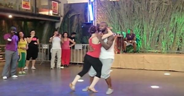 Cette danse lascive venue d'Afrique vous laissera sans mot. MAGNIFIQUE!