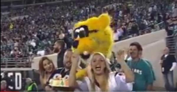 Quand une mascotte en a marre d'une blonde! LoL TROP DRÔLE!