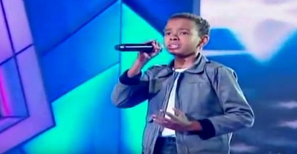 À 12 ans il possède toute une voix. INCROYABLE À VOIR ET À ATTENDRE ABSOLUMENT!