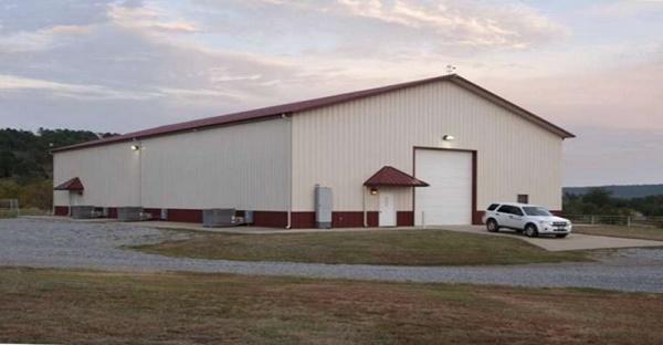 Jamais vous n'allez imaginer ce qu'il y a à l'intérieur de ce hangar. ÉNORME!