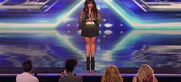 Cette jolie fille se présente sur la scène devant les juges. Il n'y a pas que son visage qui est joli. WOW!!!