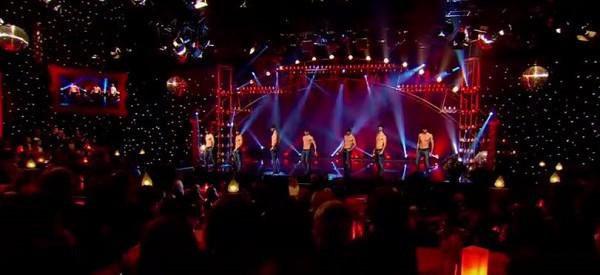 Ces danseurs (tous des frères) sont absolument incroyables. À VOIR ABSOLUMENT!