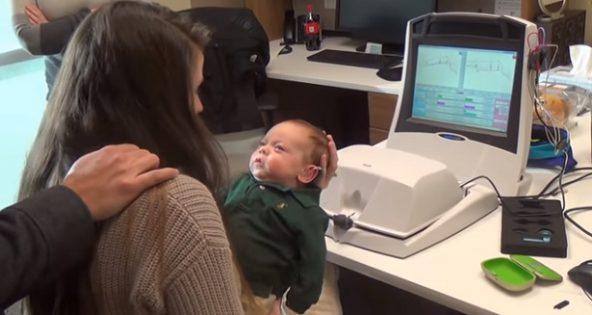 Ce bébé sourd entend sa maman pour la toute première fois. Découvrez sa réaction touchante !