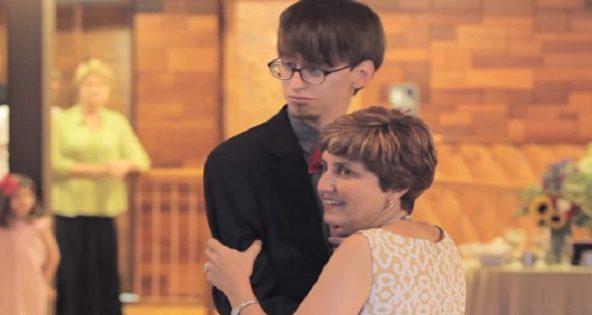 Le marié et sa maman entrent en scène. Quand la musique change, les invités sont bouche bée! On n'y aurait jamais cru!