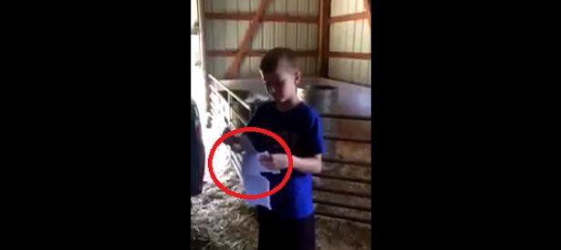 Ce garçon de 9 ans va à l'école et travaille à la ferme... Le contenu de l'enveloppe tendue par son père le fait fondre en larmes.