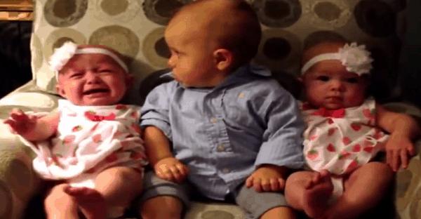 bébé drôle entre deux jumelles