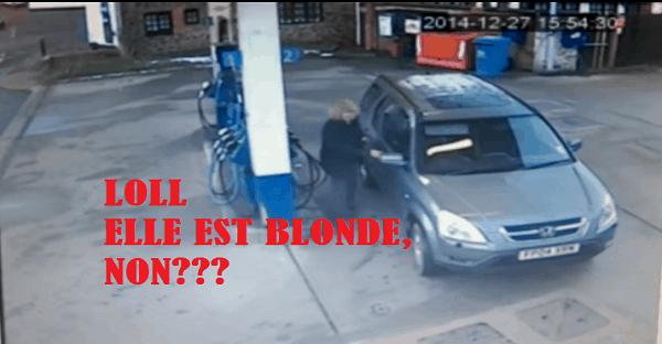blonde qui ne trouve pas bouchon essence