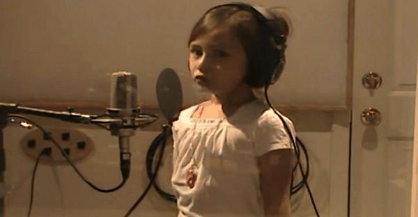 Fille qui chante pour sa màre décédée.