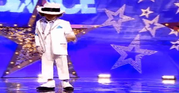 jeune qui imite michael jackson à la danse