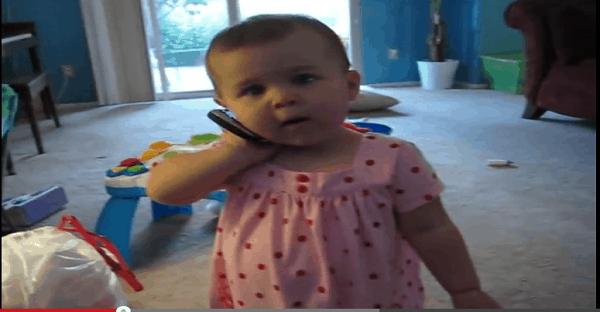 bébé qui parle au portable