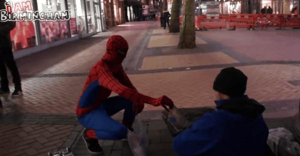 spiderman aide des SDF