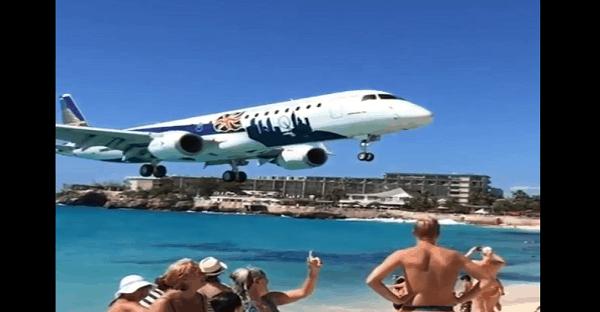 avion qui passe au dessus d'une plage