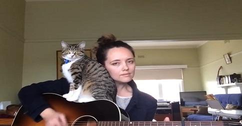 femme qui chante avec son chat