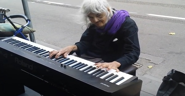 joue du piano dans la rue