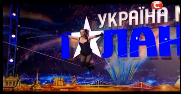 Elle danse sur une corde. Cette fille est tout simplement INCROYABLE. À VOIR ABSOLUMENT!