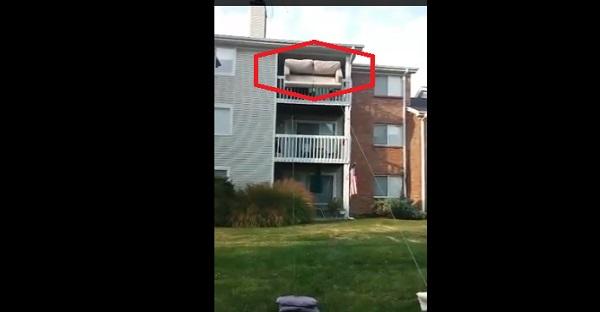 Ils tentent de descendre ce canapé d'un 3iem étage par la fenêtre. Est-ce une bonne idée? À VOIR!