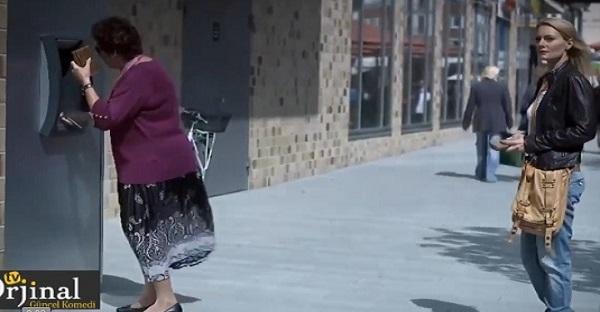 femme au guichet