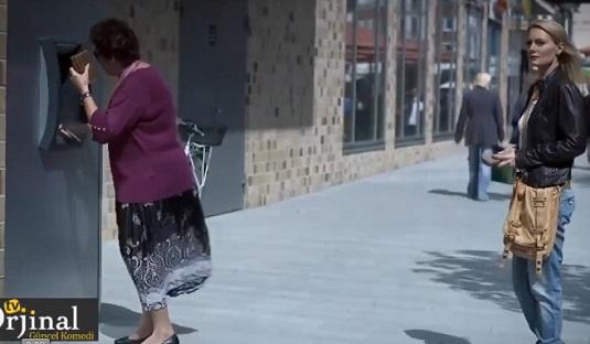 femme au guichet automatique
