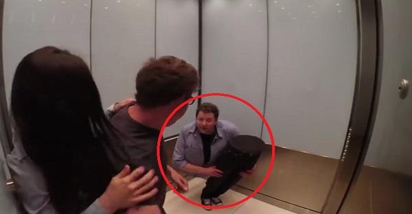 homme coupé en 2 ascenseur