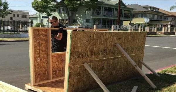 Il construite une maisonnette en pleine rue, la raison est tout simplement FORMIDABLE!