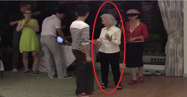 Cette Mamie fête ses 90 ans. Voyez ce qu'elle fait sur cette piste de danse. WOW HALLUCINANT!