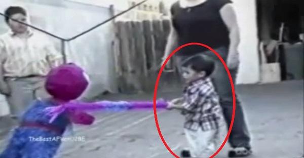 On lui demande de frapper Spiderman lors d'une Pinata. La suite est tout simplement MAGNIFIQUE!