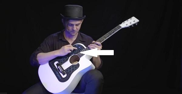 Ce n'est pas seulement qu'une guitare acoustique. WOW ON NE RIT PLUS!