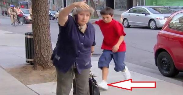 Ce gamin vole un sac à main. La suite est INCROYABLE, À VOIR!