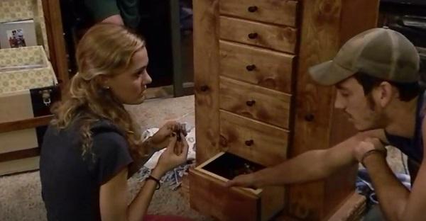 Il a construit une armoire pour elle, et au dernier tiroir il y a.............SURPRISE!
