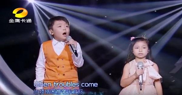 Écoutez et regardez ces 2 enfants. DU JAMAIS VUE WOW!